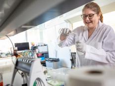 Noelle Waltenberg working on opioid research in Naomi Lee's lab.